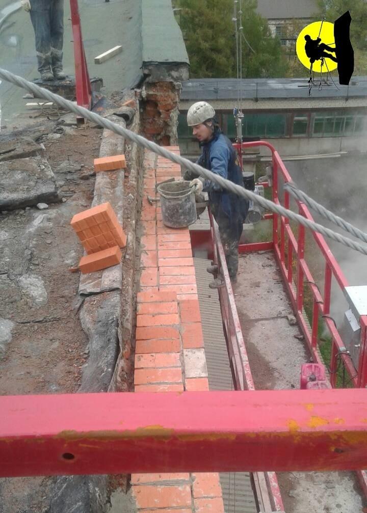 Восстановительные работы кладочного слоя кирпичной стены на производственном объекте